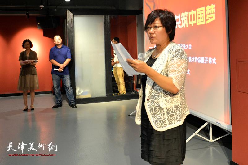 民盟中央宣传部部长曲伟宣读民盟中央批复。