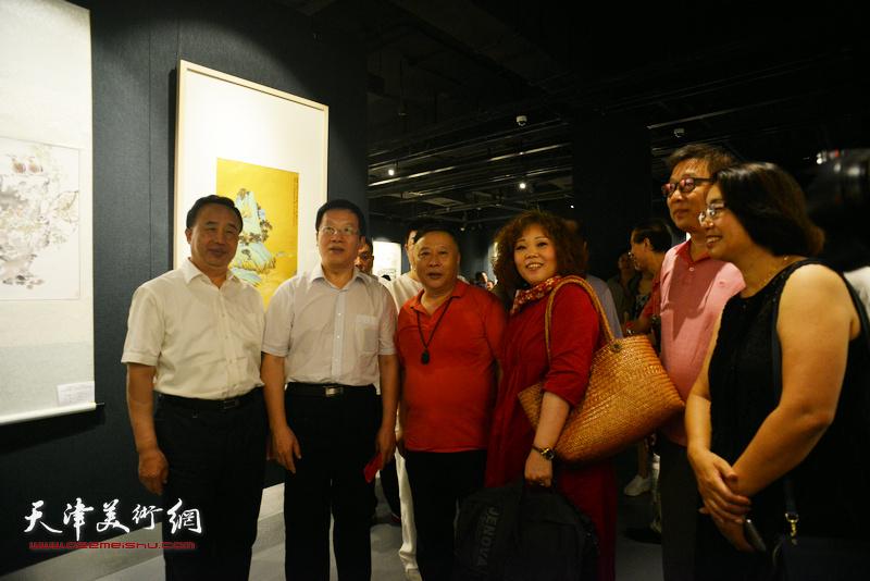 左起:高玉葆、张平、吕大江、赵新立、李知超、肖英隽在画展现场。