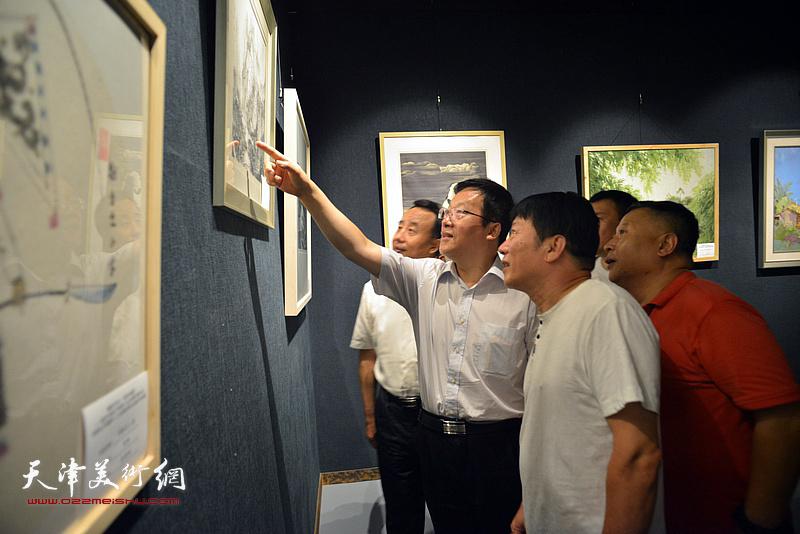 高原春向张平介绍展出的作品。