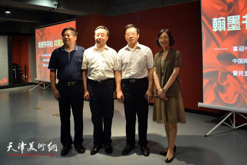 张平、高玉葆、郭维丽在画展现场。