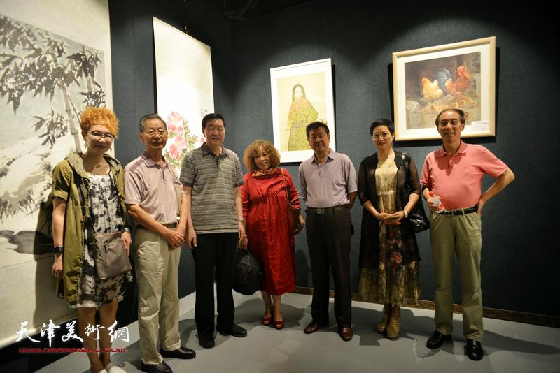 左起:夏效刚、刘建华、张金方、赵新立、王学书、郑少英、马竞在画展现场。