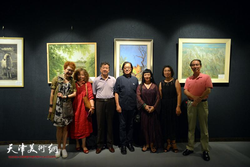 左起:夏效刚、赵新立、王学书、景玉民、黄雅丽、肖英隽、马竞在画展现场。