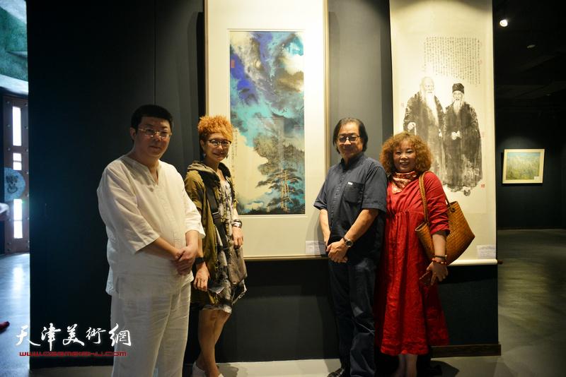 左起:李博隽、夏效刚、景玉民、赵新立在画展现场。
