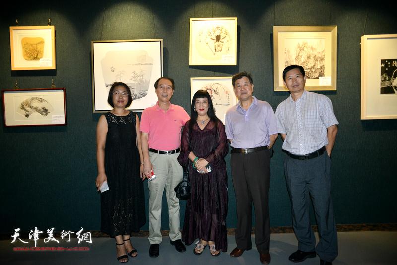 左起:肖英隽、马竞、黄雅丽、王学书、李桂金在画展现场。