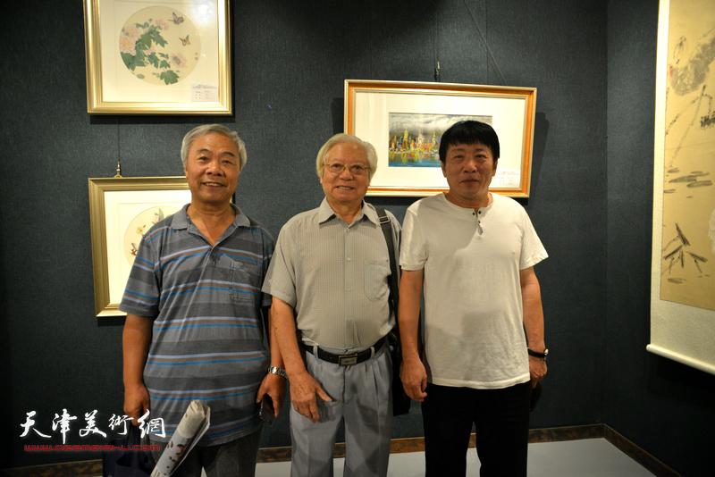 左起:王大奇、贺建国、高原春在画展现场。