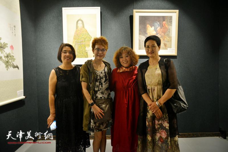 左起:肖英隽、夏效刚、赵新立、郑少英在画展现场。
