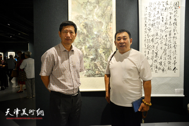 李桂金、李耕在画展现场。