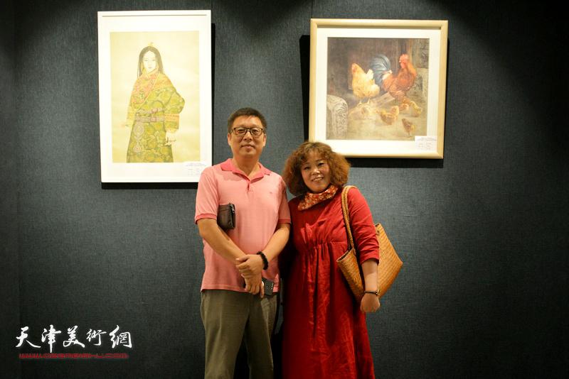 赵新立李知超在画展现场。
