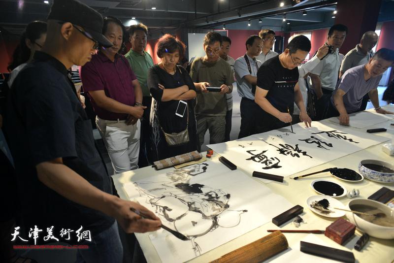 民盟中央美术院和天津分院艺术家笔会交流现场。