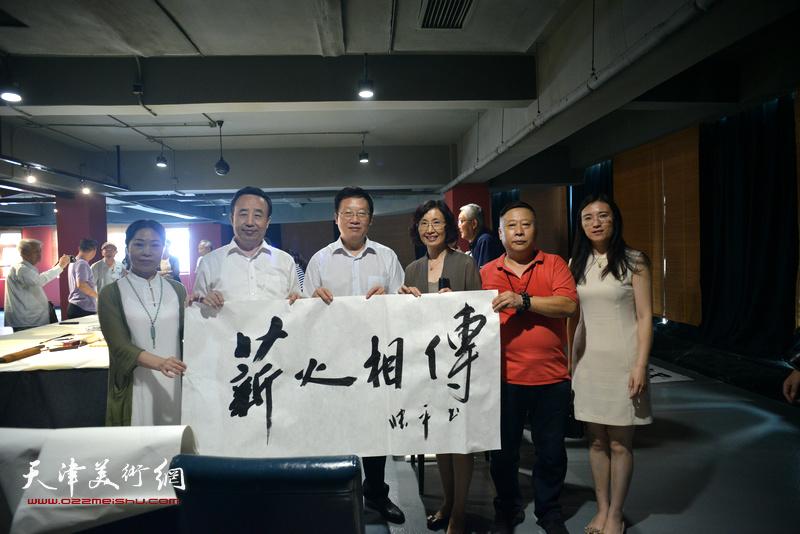 左起:田秀云、高玉葆、张平、郭维丽、吕大江、孙辉在艺术家笔会交流现场。