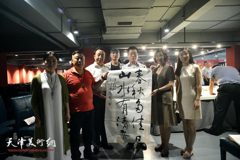 张平、高玉葆、郭维丽、吕大江、田秀云、孙辉在艺术家笔会交流现场。