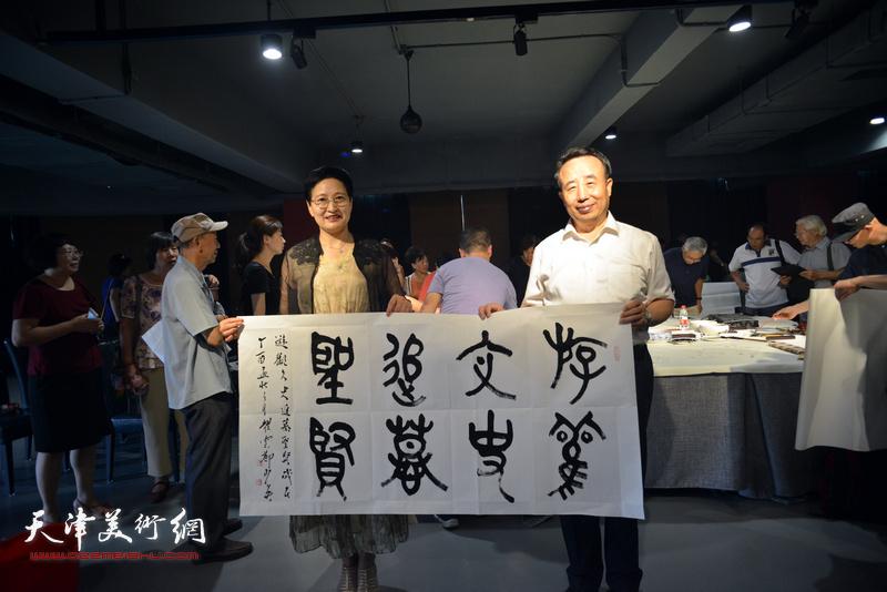 高玉葆、郑少英在艺术家笔会交流现场。