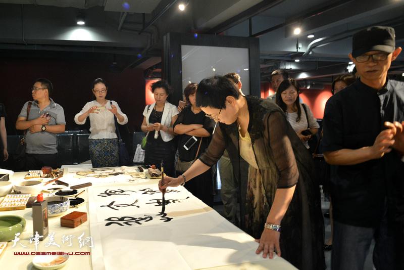郑少英在艺术家笔会交流现场。