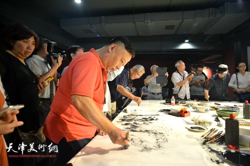 吕大江在艺术家笔会交流现场。