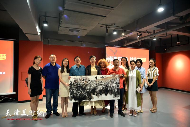 出席艺术家笔会交流的天津书画家在现场。