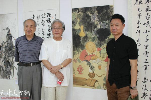 左起:王振德、陈冬至、李旺在作品前