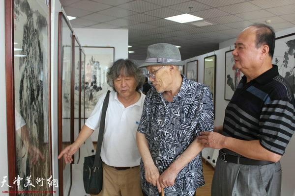 刘向东、孙长康与来宾在开幕式现场