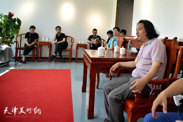 贾广健在天津画院青年美术创作研究中心与青年画家座谈。