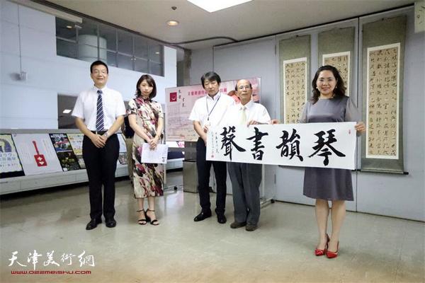 王莹把自己现场书写的作品送给日本朋友。