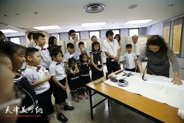 王莹为到场嘉宾和喜爱书法艺术的小学生进行现场书法表演。