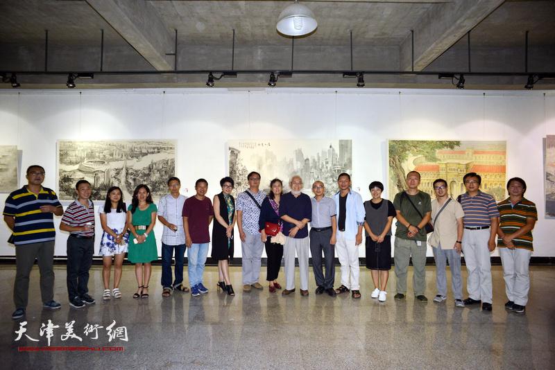 参展的部分画家与李庆增等嘉宾在画展现场。