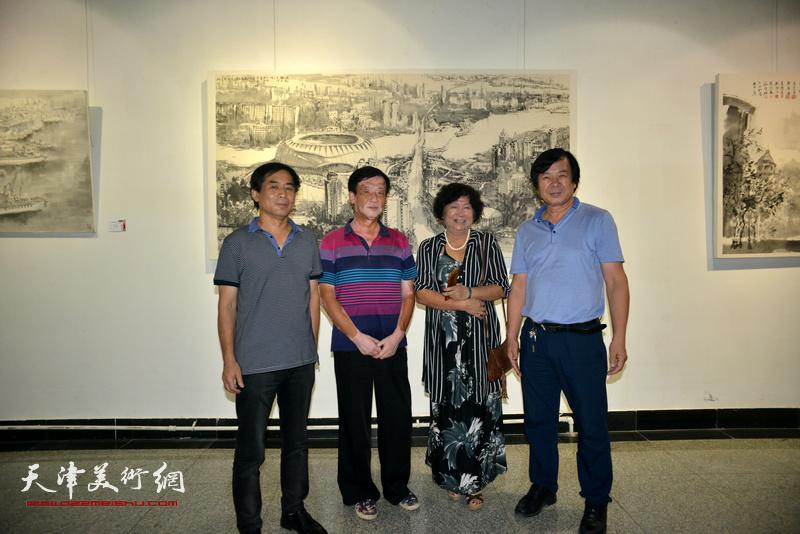 左起:肖培金、王大成、孟昭丽、史振岭在画展现场。