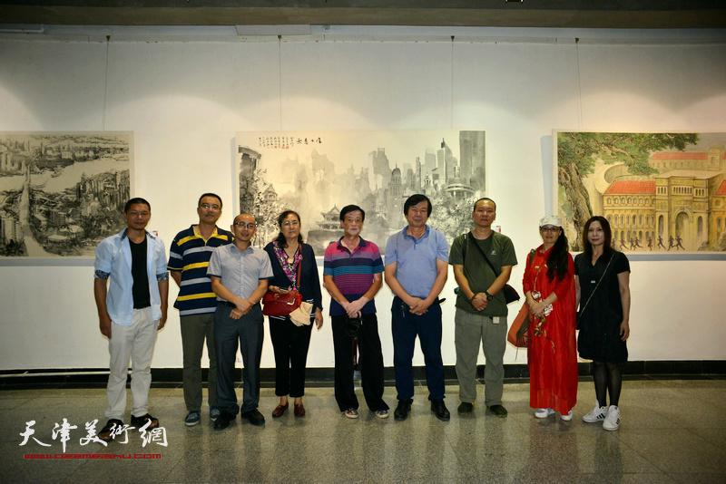 左起:郑伟、邓勇、阚传好、王文英、王大成、史振岭、何成、李盟、吴凤霞在画展现场。