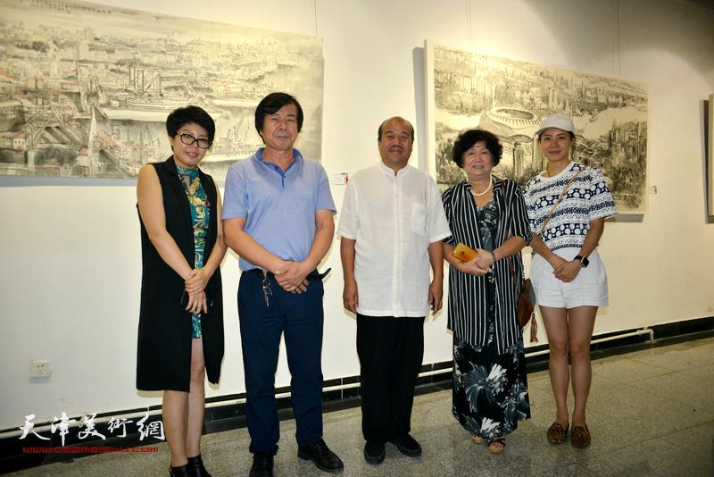 孟昭丽、史振岭、孟庆占、顾素文在画展现场。