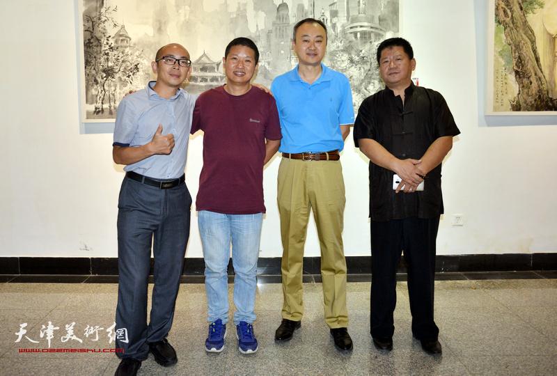 左起:阚传好、魏瑞江、柴博森、林枫在画展现场。