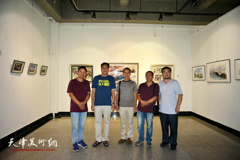 左起:魏瑞江、博君、张玉忠、宋世凯、田军在画展现场。