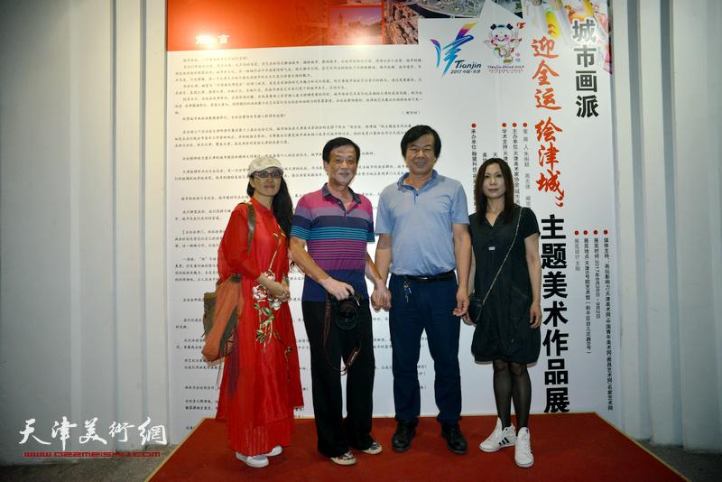 左起:李盟、王大成、史振岭、吴凤霞在画展现场。