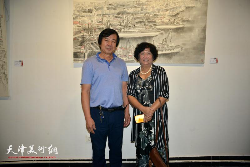 史振岭、孟昭丽在画展现场。