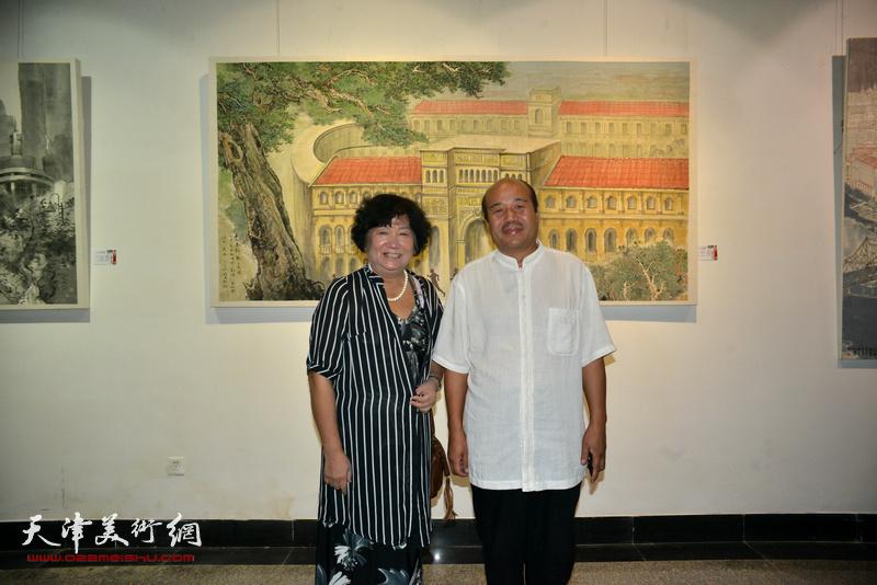 孟庆占、孟昭丽在画展现场。