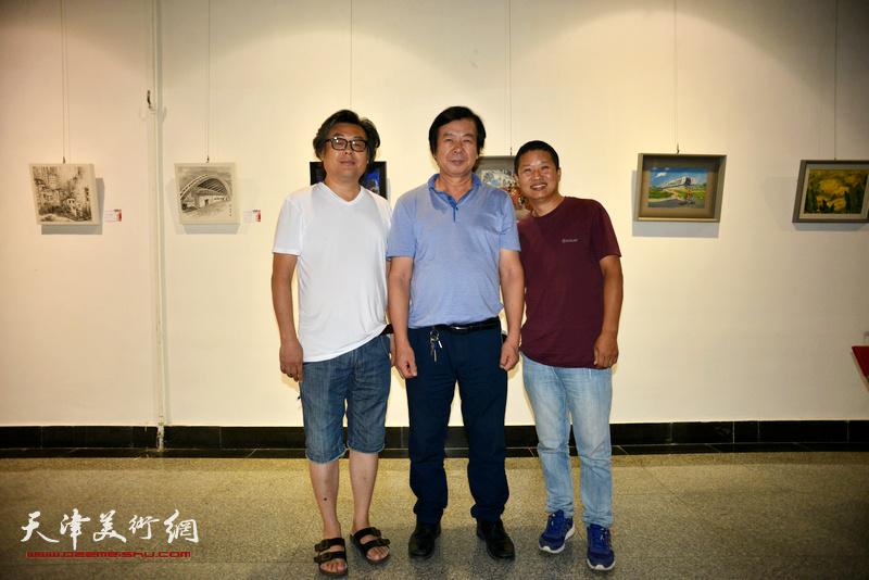 左起:郭德岭、史振岭、魏瑞江在画展现场。