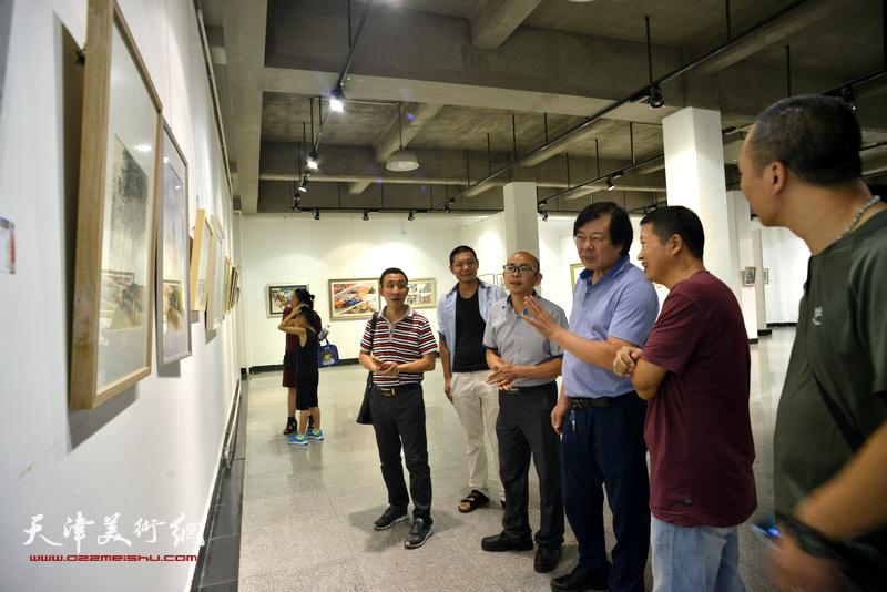 史振岭、魏瑞江、阚传好等在观看展品。