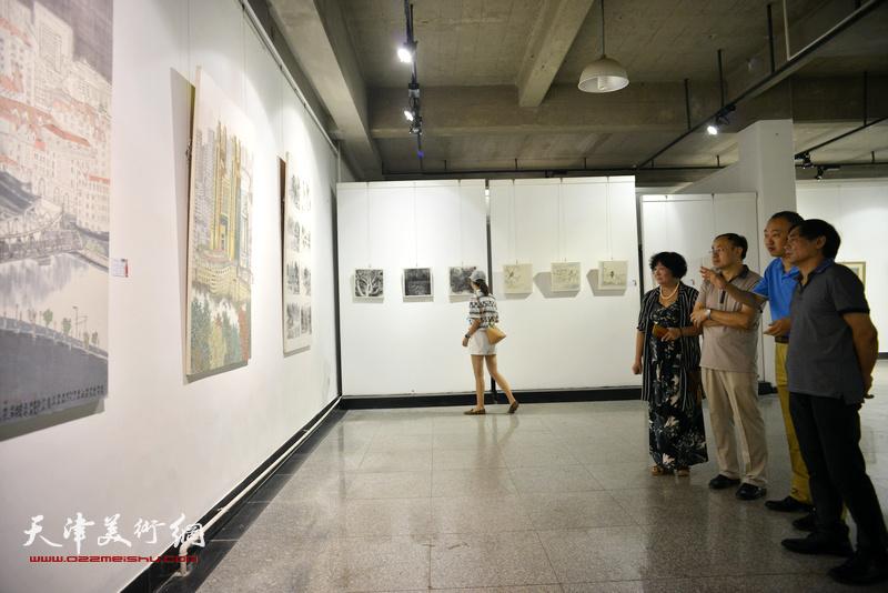 左起:孟昭丽、李新禹、柴博森、肖培金在观看展品。