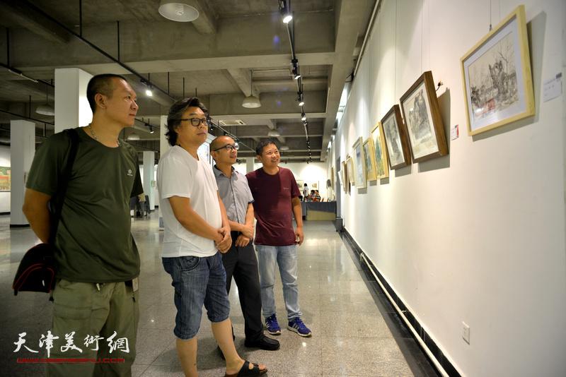 左起:何成、郭德岭、阚传好、魏瑞江在观看展品。