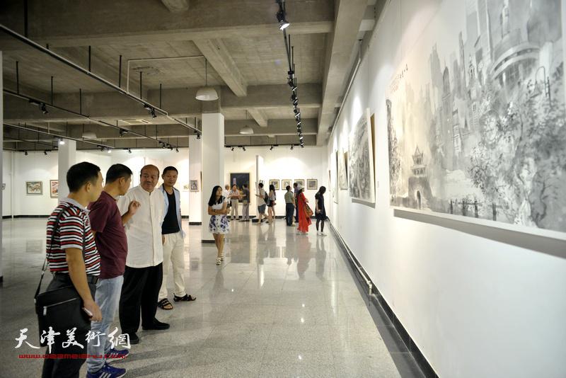 孟庆占、魏瑞江等在观看展品。