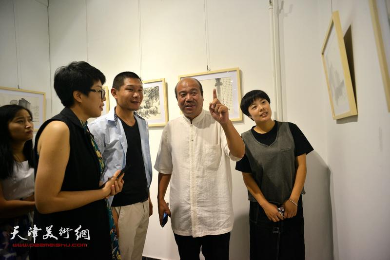 左起:顾素文、郑伟、孟庆占、朱俐颖在观看展品。