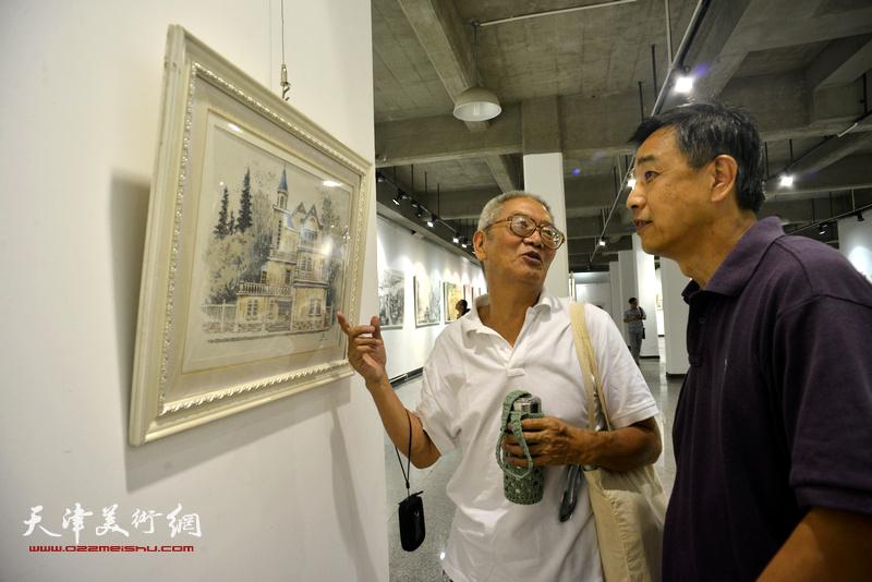 王德才、庞杰在观看展品。