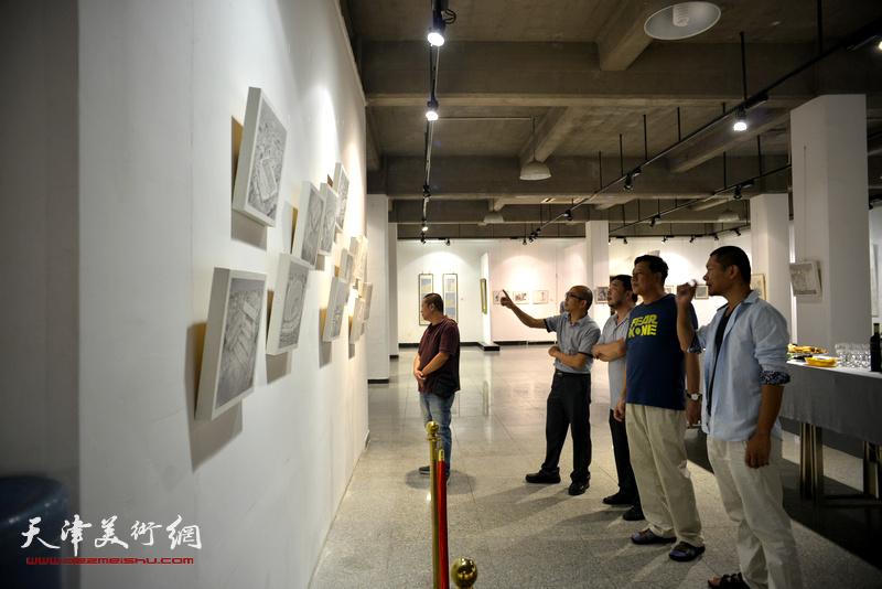 左起:宋世凯、阚传好、田军、博君、郑伟在观看展品。