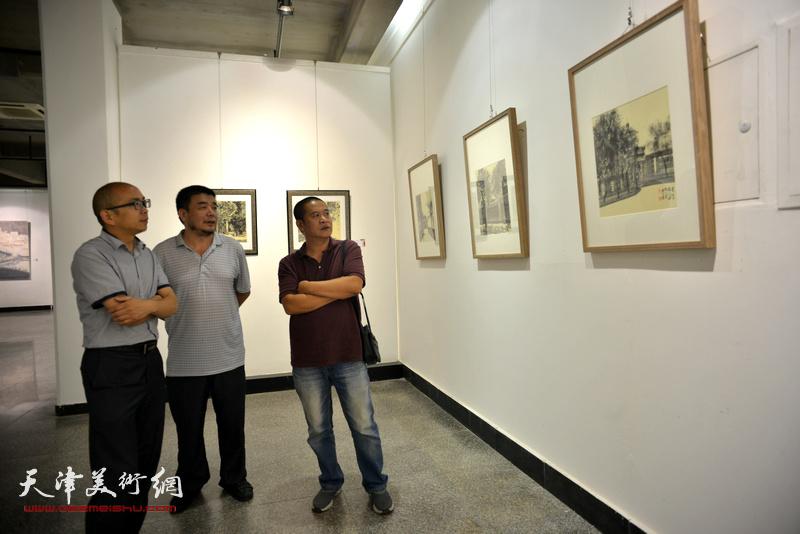 左起:阚传好、田军、宋世凯在观看展品。