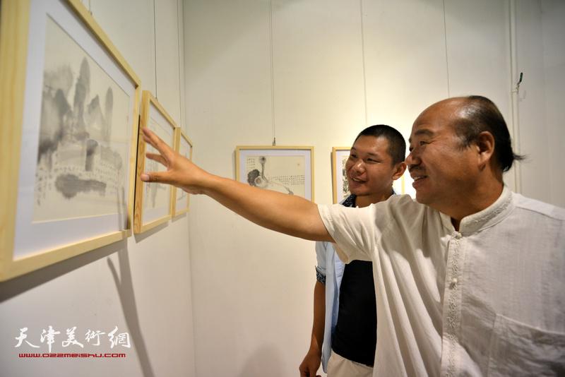 孟庆占、郑伟在观看展品。
