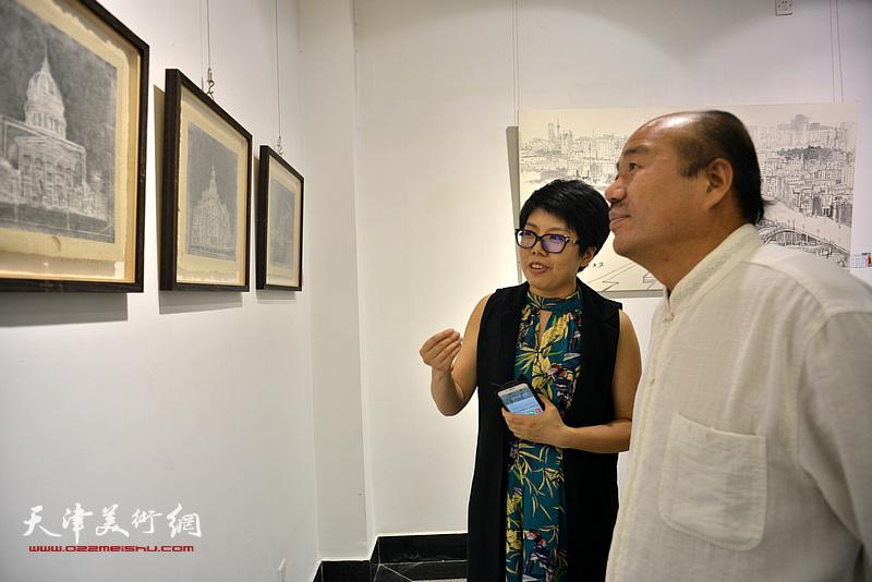 孟庆占、顾素文在观看展品。