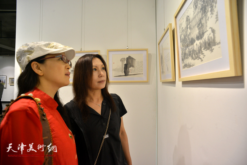 李盟、吴凤霞在观看展品。