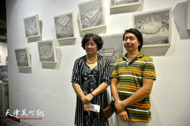 孟昭丽、范宁在画展现场。