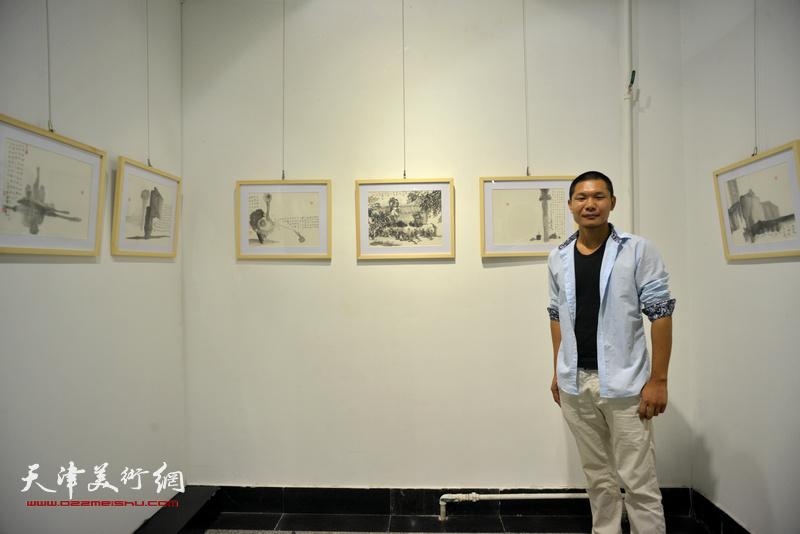 郑伟在画展现场。