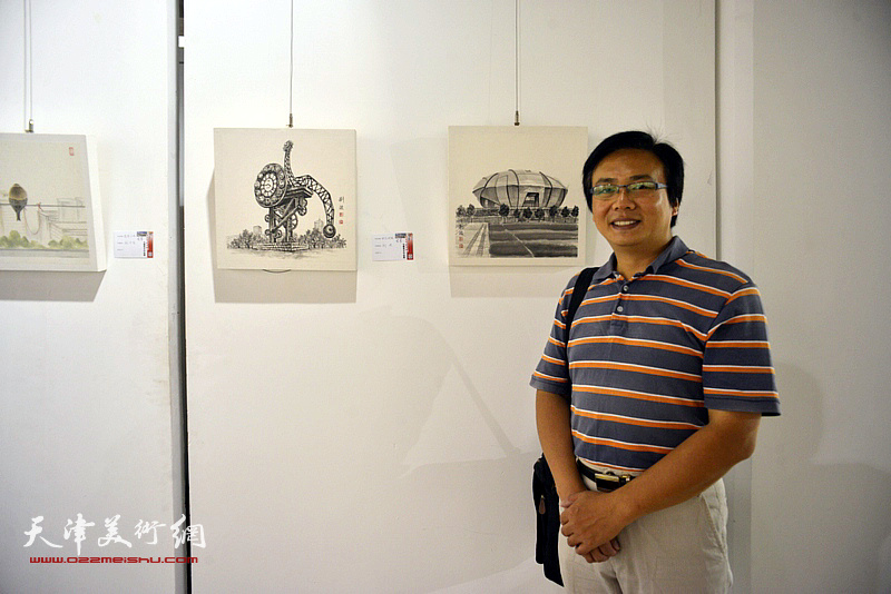 刘波在画展现场。