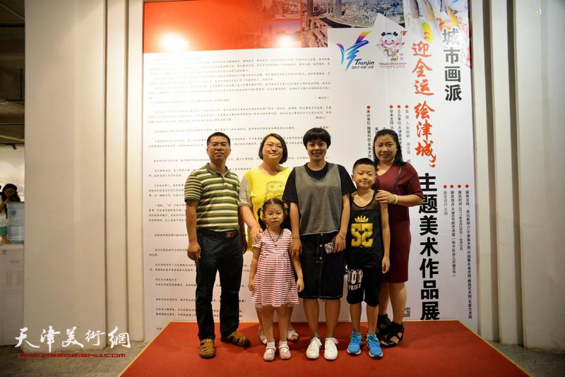 朱俐颖与少儿美术爱好者在画展现场。