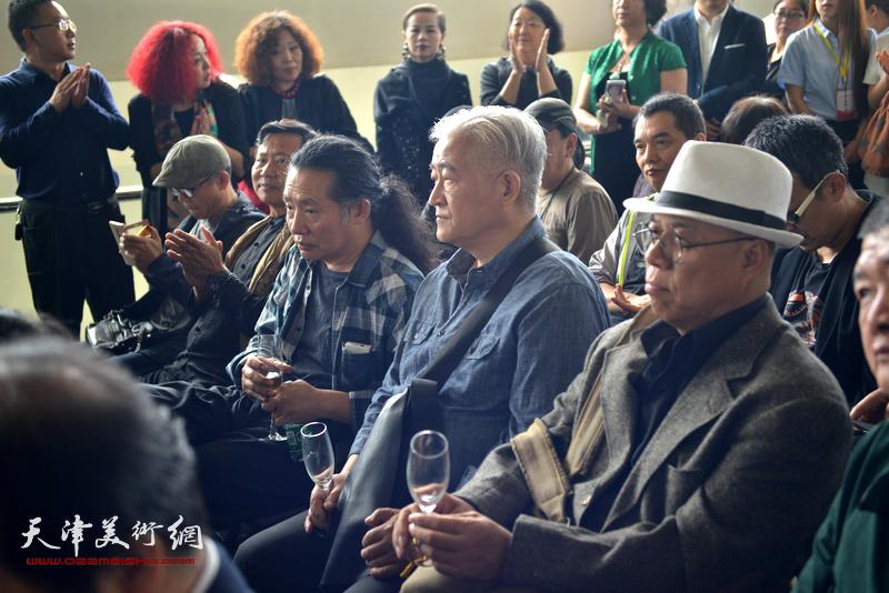 夏小万、刘溢、王玉琦在画展开幕仪式上。